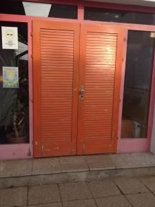 Ez a bejárati ajtónk már meglehetősen rossz állapotban van...